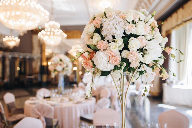 bouquet rose et blanc repas de mariage