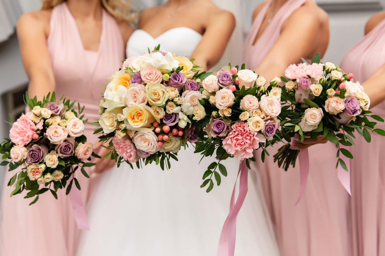 demoiselles d'honneur en rose et la mariée